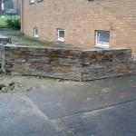 das alte Gitter wurde entfernt, die Mauer aufgemauert und jetzt mit Stonepanel verkleidet