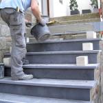 """Die Montage beginnt. Der Betonkern wird mit Naturstein fachgercht überbaut. Dabei erhält die Treppe """"eine neue Größe""""..."""